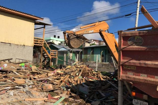 Casa onde morava autor confesso de estuprar e matar Naiara é demolida em Caxias do Sul Porthus Junior/Agencia RBS