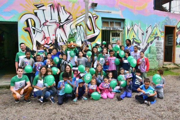 Juventude realiza ação social e distribui chocolates para crianças do projeto Virando o Jogo Juventude / divulgação/divulgação