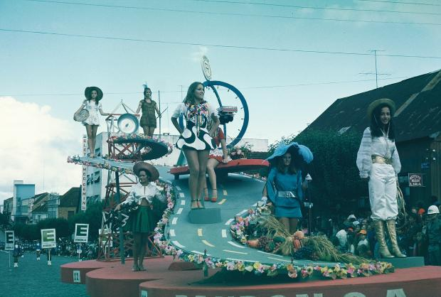Memória: carro alegórico da Randon na Festa da Uva de 1972 Hildo Boff / acervo pessoal de Ricardo Boff, divulgação/acervo pessoal de Ricardo Boff, divulgação