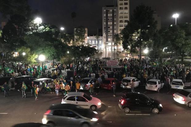 Em ato na Praça Dante Alighieri, caxienses pedem prisão de Lula André Tajes/Agência RBS