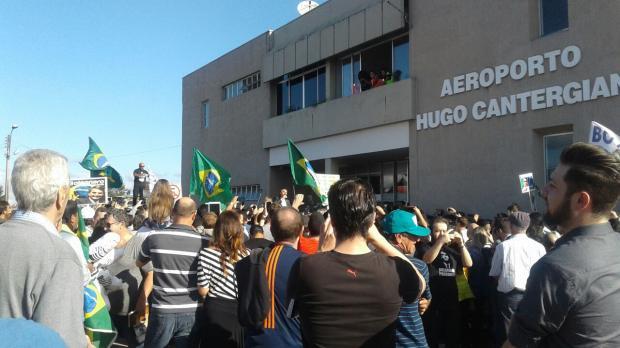 """Apoiadores de Bolsonaro cantam """"presidente honesto"""" e criticam o ex-presidente Lula, em Caxias do Sul Aline Ecker / Agência RBS/"""
