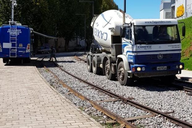 Dutos por onde passam cabos de iluminação são concretados na Praça do Trem, em Caxias do Sul Saymon Dal Alba/Divulgação