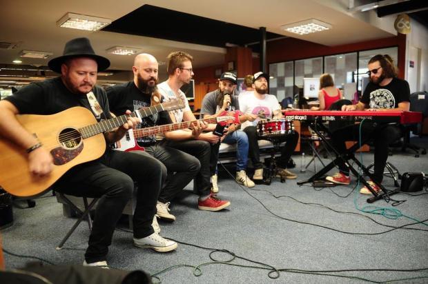 Confira como foi o bate-papo com a banda Blackbirds na redação do Pioneiro nesta sexta-feira Diogo Sallaberry/Agencia RBS