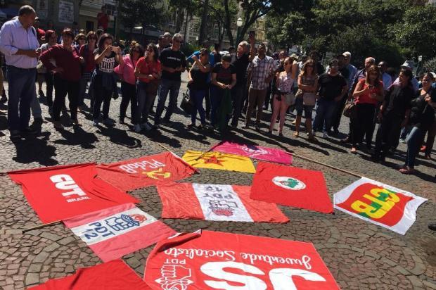 Cerca de 50 pessoas participam de ato contra prisão de Lula em Caxias do Sul Raquel Fronza/Agência RBS