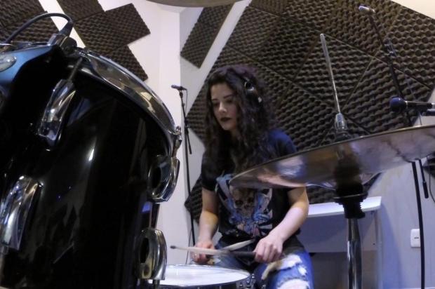 3por4: Conheça a baterista caxiense que está participando do concurso internacional Hit Like a Girl Reprodução/Reprodução