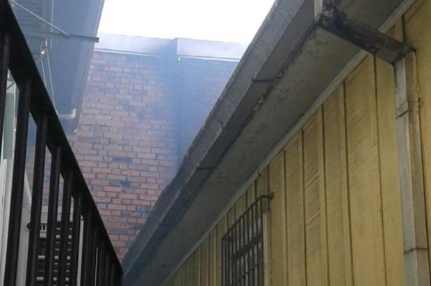 Parede de prédio incendiado em Caxias pode cair sobre casas Divulgação/Corpo de Bombeiros