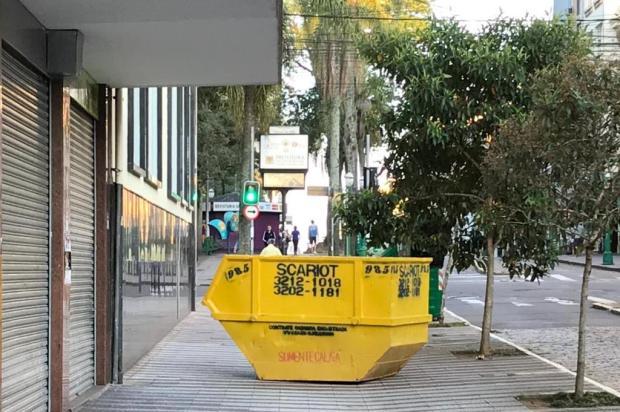 Caçamba no meio da calçada em Caxias atrapalha passagem de pedestres Adriano Tacca/Divulgação