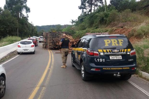 Caminhão tomba sobre a BR-116, em Caxias do Sul PRF/Divulgação