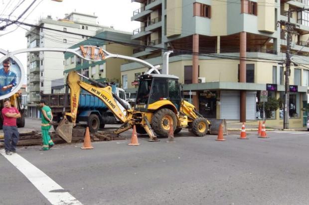 Substituição de rede deixa rua em meia pista no bairro São Pelegrino, em Caxias : Astério Chiomento/divulgação
