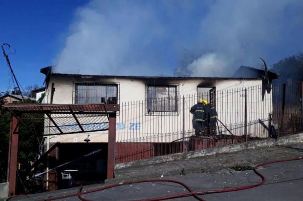 Criança morre em incêndio em Caxias do Sul Bombeiros/divulgação