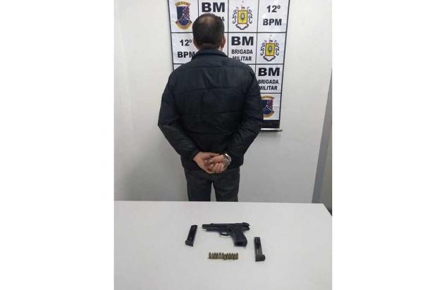 Taxista é preso em flagrante com pistola de uso restrito em Caxias do Sul Brigada Militar / divulgação/divulgação