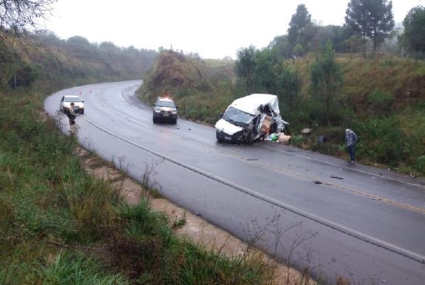 Colisão com caminhão bitrem deixa um ferido em Muitos Capões PRF / Divulgação/Divulgação