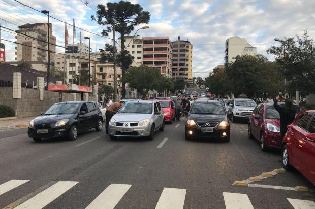 Após nove colegas serem multados, motoristas do Uber bloqueiam rua da prefeitura em Caxias André Tajes/agencia RBS