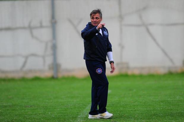 Em jogo-treino, Winck observa opções para a lateral direita do Caxias Porthus Junior/Agencia RBS