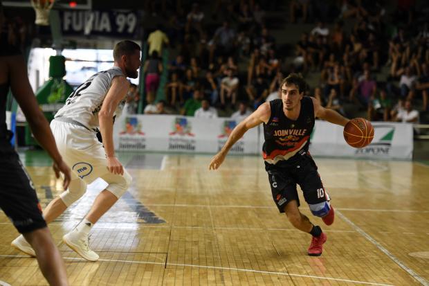 Caxias do Sul Basquete viaja com novidade para torneios e amistosos na China Victor Lira / Bauru Basket, divulgação/Bauru Basket, divulgação
