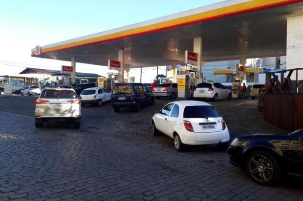 Dia começa com filas extensas em postos de combustíveis de Caxias do Sul Alana Fernandes/Agencia RBS