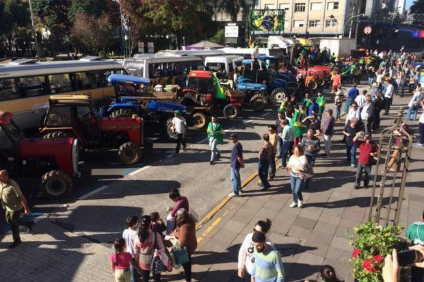 Protesto de agricultores e vans bloqueia a Rua Sinimbu, no centro de Caxias Diogo Sallaberry/agencia RBS