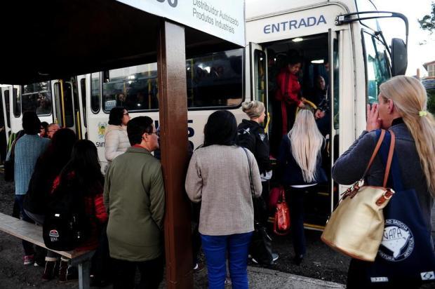 Com linhas reduzidas, ônibus circulam lotados por bairros da Zona Norte de Caxias Diogo Sallaberry/Agencia RBS