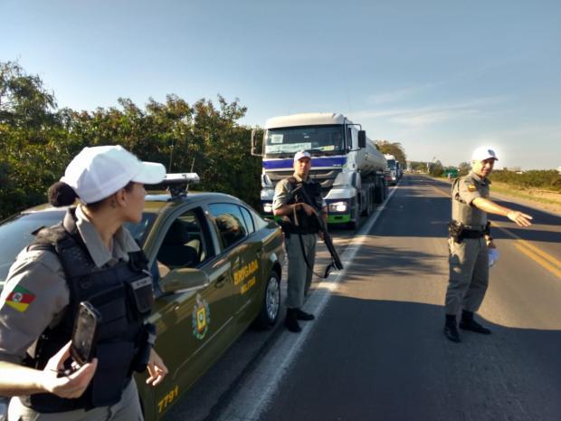 Três caminhões-tanque a caminho da Serra /