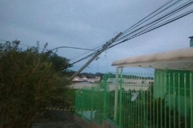 Quatro postes caem em rua do bairro Pio X, em Farroupilha Gilberto Amarante / Divulgação/Divulgação