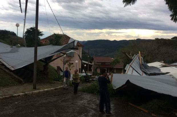 Escola de Bento utiliza salas de catequese para aulas após ter prédio destelhado por temporal Defesa Civil de Bento Gonçalves/Divulgação