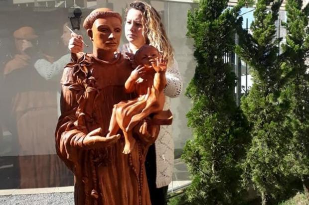 3por4: Artista Daniela Antunes entrega estátua de Santo Antônio em Bento Gonçalves Divulgação/Divulgação