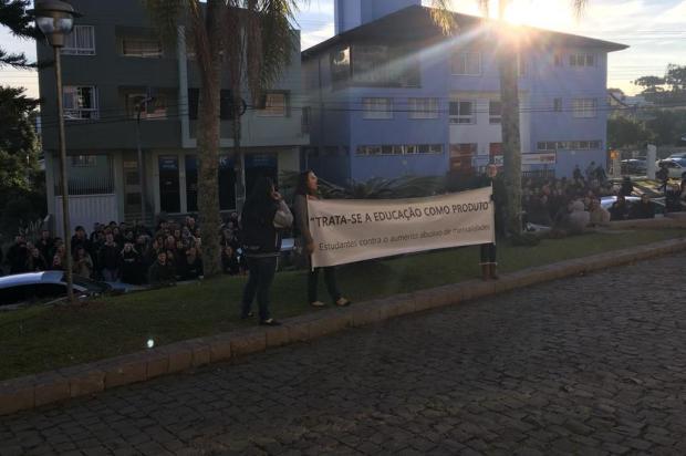 Após protestos contra mensalidade de R$ 11,7 mil, estudantes de Medicina negociam redução do valor com a UCS Caroline Maslonek/Divulgação