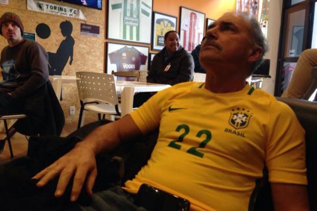 Com amuleto recebido de Tite, amigo do técnico assiste à Brasil x Costa Rica em bar de Caxias André Fiedler/Agência RBS