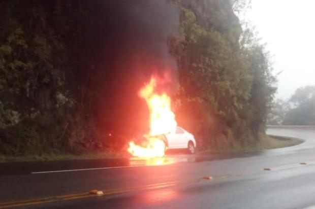 Carro sai da pista e pega fogo em Farroupilha Grupo Rodoviário de Farroupilha/Divulgação