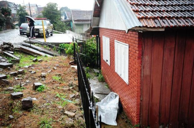 Homem encontra corpo caído em pátio de residência em Caxias Diogo Sallaberry/Agencia RBS