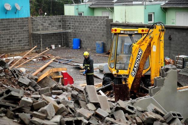 Bombeiros interditam obra onde mulher morreu soterrada em Caxias  Diogo Sallaberry/Agencia RBS