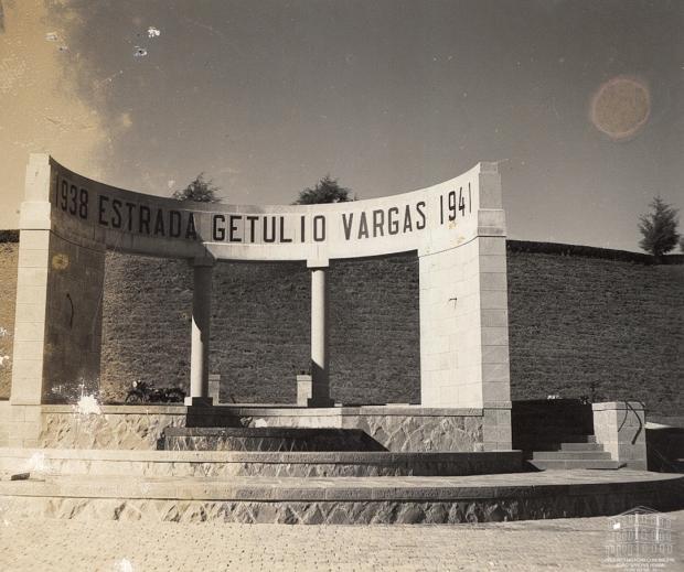 Memória: pórtico da Estrada Federal Getúlio Vargas em 1941 Studio Geremia / Acervo Arquivo Histórico Municipal João Spadari Adami, divulgação/Acervo Arquivo Histórico Municipal João Spadari Adami, divulgação
