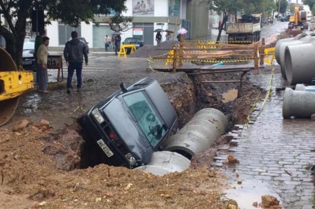 Motorista embriagado cai em obra no centro de São Marcos Clóvis Rodruigues da Silva Junior/Divulgação