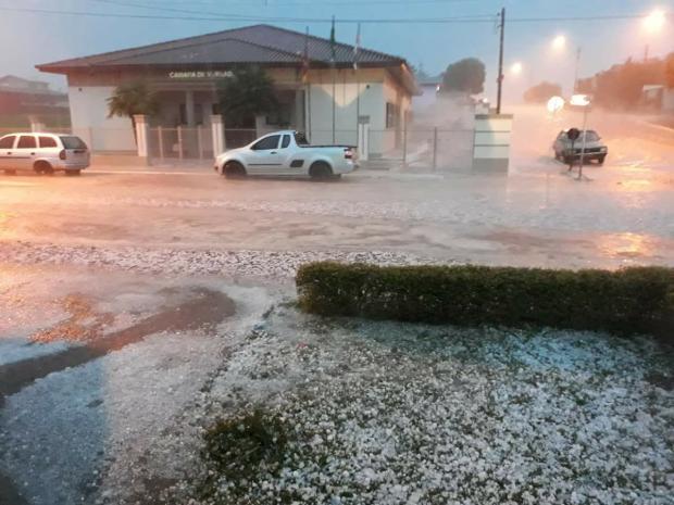 Chuva de granizo intensa causa danos em casas e impede trânsito em rodovia de Muitos Capões Taize Godinho / Divulgação/Divulgação