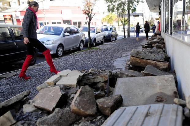 Falta de manutenção em calçadas prejudica passagem de pedestres em Caxias do Sul Marcelo Casagrande/Agencia RBS