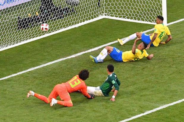 Brasil vence México por 2 a 0 e avança às quartas de final da Copa SAEED KHAN/AFP
