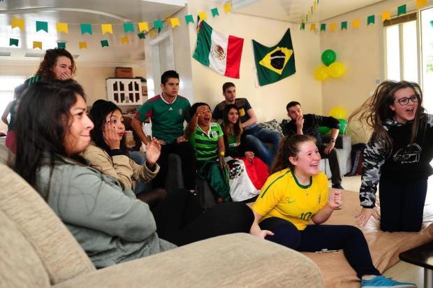 Estudantes mexicanos se reúnem para assistir a Brasil x México em Caxias do Sul Diogo Sallaberry/Agencia RBS