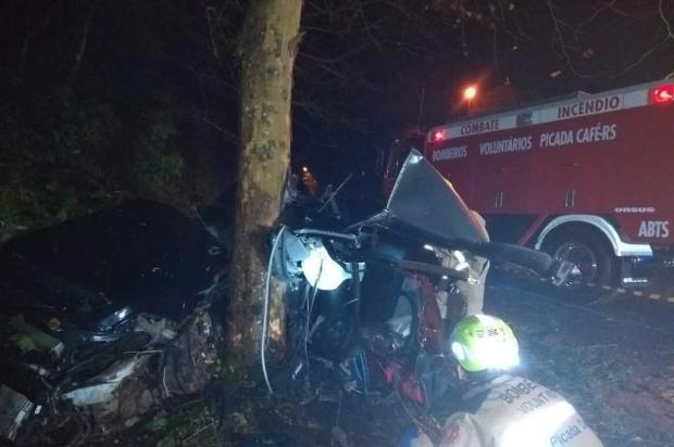 Jovens morrem após carro colidir em árvore em Picada Café Bombeiros Voluntários de Picada Café / divulgação/divulgação