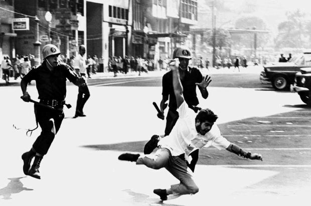 3por4: Fotógrafo Evandro Teixeira participa da Bienal Brasileira de Arte Fotográfica Preto e Branco em Caxias Ver Descrição/Ver Descrição