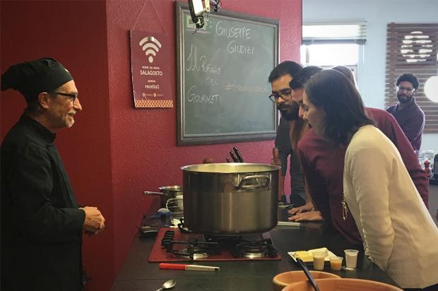 Cookshow com chef Giuseppe Giudizi traz história dos queijos artesanais a Caxias do Sul Bruna Valtrick / Agência RBS/Agência RBS