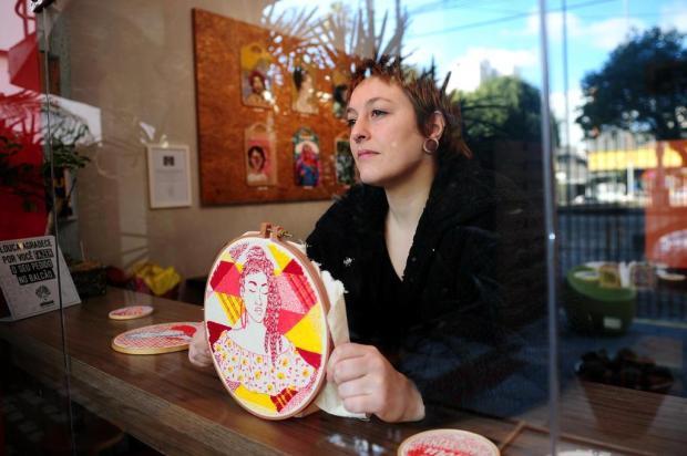 """Exposição """"Bordados"""", de Sharisy Pezzi, abre nesta quarta no Alouca Café, em Caxias Diogo Sallaberry/Agencia RBS"""