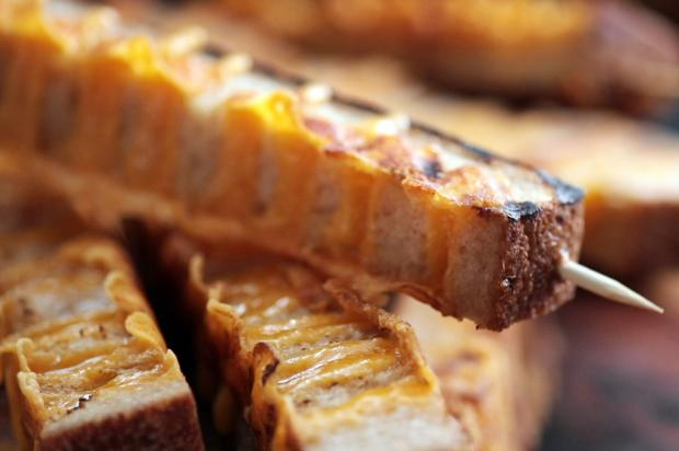 Na cozinha: que tal provar esse espetinho grelhado de pão com queijo? Tastemade / Divulgação/Divulgação