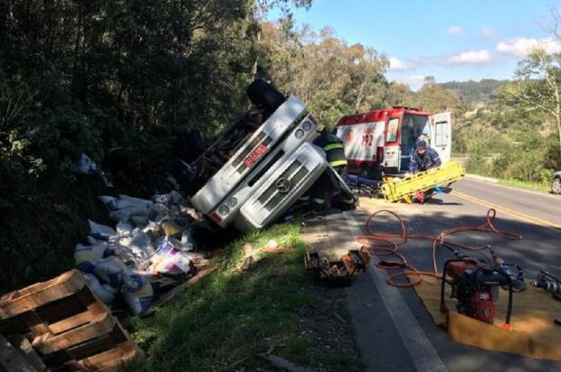 Caminhoneiro fica ferido após caminhão tombar na BR-470, em Carlos Barbosa Altamir Oliveira / Rádio Estação Fm /Rádio Estação Fm