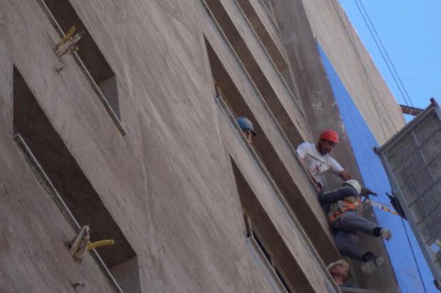 Bombeiros resgatam trabalhadores pendurados em andaime em Bento Gonçalves Corpo de Bombeiros/Divulgação