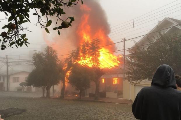 Incêndio destrói casa no bairro Rio Branco em Caxias do Sul Luiz Felipe Motolo/Divulgação