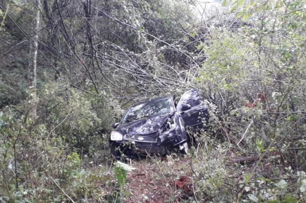 Carro cai em barranco e pai e filha ficam feridos em Caxias Alana Fernandes/Agência RBS