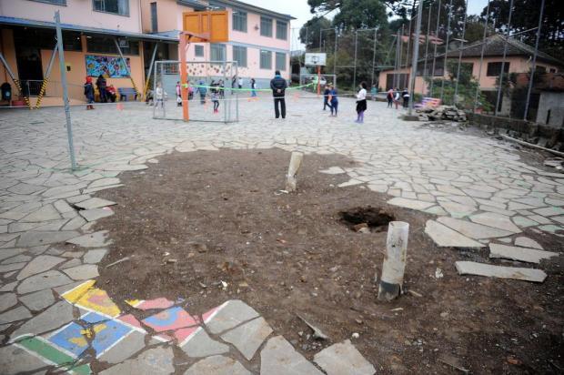 Buracos, pedras soltas e desnível em pátio de escola de Caxias colocam alunos em risco Felipe Nyland/Agencia RBS