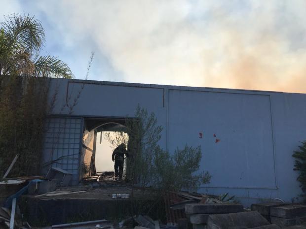 Incêndio atinge pavilhão abandonado no bairro Capivari em Caxias Raquel Fronza  / Agência RBS/Agência RBS