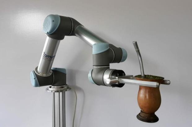 Empresa caxiense exibe na Expointer robô que serve chimarrão Fabian Tamura/DIVULGAÇÃO