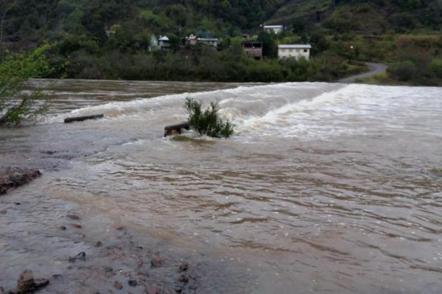 Ponte entre Cotiporã e Bento Gonçalves, na Serra, está submersa Valdir Falcade/Divulgação